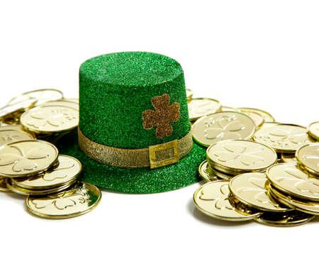 Een groep van St. Patricks Day-decoations met een leprchaun hoed en goud munten