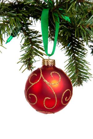 red glittery: una pallina di Natale scintillanti rosso con nastro rosso appeso a un albero su uno sfondo bianco con spazio di copia Archivio Fotografico