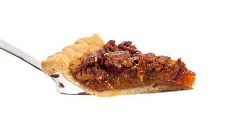 pecan pie: Una rebanada de pastel de pacanas sobre un fondo blanco  Foto de archivo