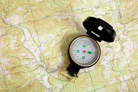 encuestando: Una brújula en un mapa topográfico