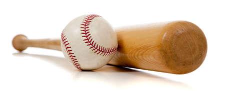 chauve souris: Un baseball et le bat en bois sur un fond blanc Banque d'images
