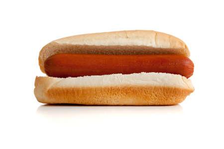 perro comiendo: Un perro caliente y un bollo sobre un fondo blanco