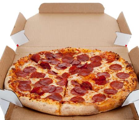 box of pizza: Pepperonli pizza en un cuadro sobre un fondo blanco