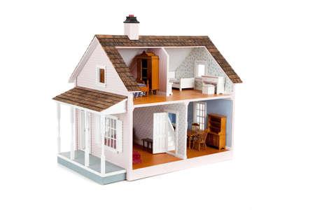 een ingerichte roze doll house op een witte achtergrond