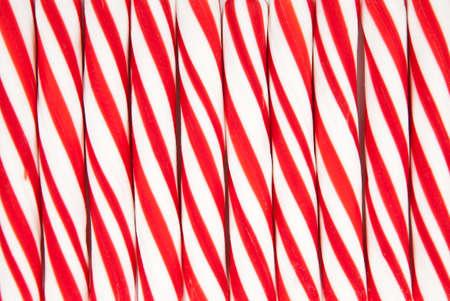 Een achtergrond van rood en wit gestreepte snoep stokken