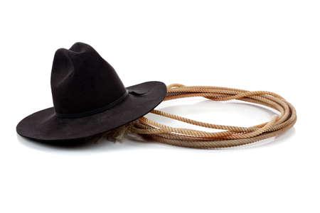 cappello cowboy: Un nero cappello da cowboy e Lazo su uno sfondo bianco con spazio di copia