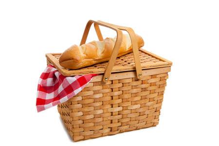 canasta de panes: Una cesta de mimbre de picnic con pan franc�s sobre un fondo blanco