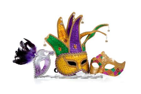 giullare: Varie maschere mardi gras con oro, viola, verde e bianco con spazio copia su uno sfondo bianco