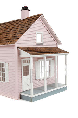eine Pink hölzerne Dollhouse auf weißem Hintergrund
