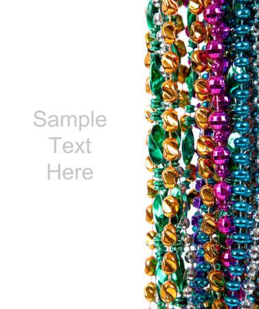 mardi gras: Multi colorati branelli mardi gras compresi blu, verde, viola, rosa, giallo e oro su sfondo bianco con spazio di copia
