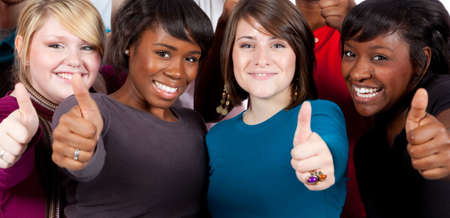 Een groep van multiraciale studenten houden hun duimen