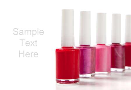 赤、紫、ピンク コピー領域の白い背景の上を含む分類された指の爪マニキュア