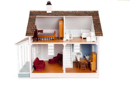 puppenhaus: Eines Kindes Puppenhaus mit M�bel auf wei�em Hintergrund