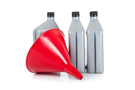 Een rode trechter met drie kwart gallons van motor olie op een witte achtergrond