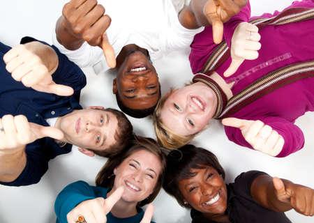 multi race: caras de sonriente multirracial de estudiantes con sus pulgares arriba
