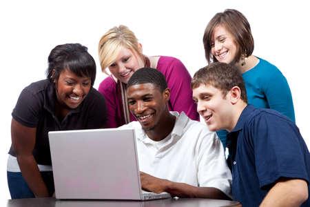 multi race: Un grupo de estudiantes de la Universidad multirraciales sentados alrededor de un equipo Foto de archivo