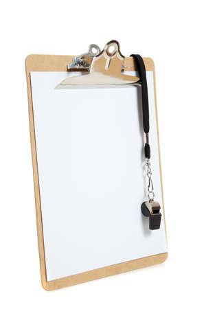 Een klembord met een zwarte fluitje met een plank pagina op een witte achtergrond