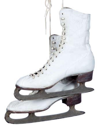 patinaje sobre hielo: Un par de patines de hielo blanco sobre un fondo blanco con espacio de copia