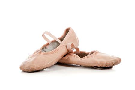 흰색 배경에 작은 분홍색 발레 슬리퍼