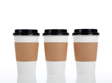 caf� � emporter: Une rang�e de tasses de caf� de papier sur un fond blanc