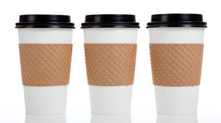 白い背景の上の紙のコーヒー カップの行