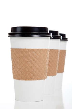 caf� � emporter: Une ligne de tasses de caf� de papier sur un fond blanc Banque d'images