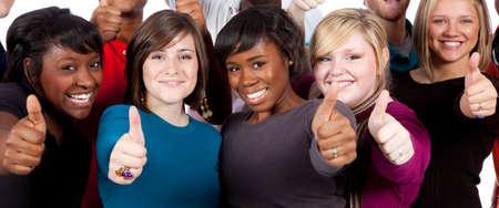 multi race: Un grupo de estudiantes de la Universidad multirraciales sosteniendo sus pulgares