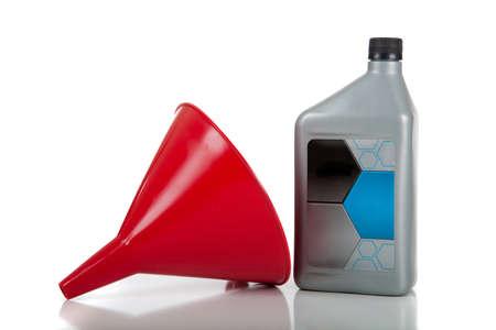 Ein rot Trichter mit einem Container Motoröl Standard-Bild - 9601850