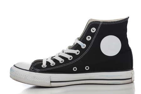 Un negro retro alta superior zapatillas sobre un fondo blanco Foto de archivo - 9671357
