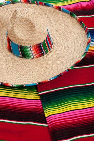 trajes mexicanos: Serape mexicano y un sombrero como fondo