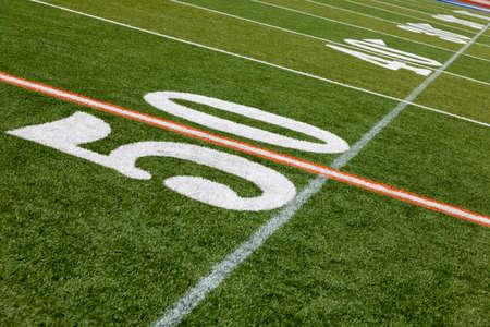terrain foot: La ligne de 50 verges d'un terrain de football am�ricain Banque d'images