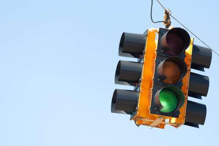 señal de transito: Una señal verde del semáforo con el espacio de color azul cielo, copia Foto de archivo