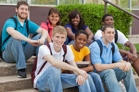 Een groep van muliethnic universitaire studenten, vrienden lachend uitdrukken geluk Stockfoto