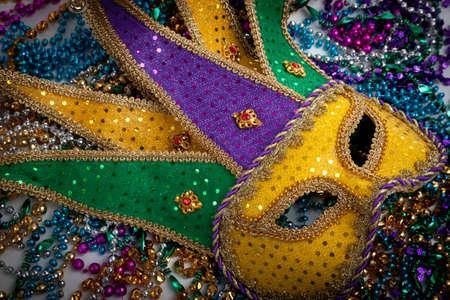 Un giallo Mardi Gras maschera di buffone e perline