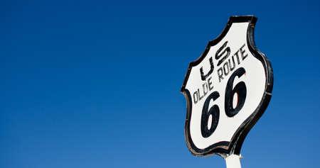 青空の前に古い、アンティーク、ノスタルジックなルート 66 サイン