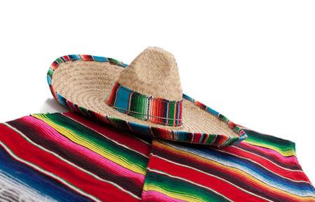 멕시코 Serape 및 흰색 배경에 챙 넓은 모자 스톡 콘텐츠 - 17288189