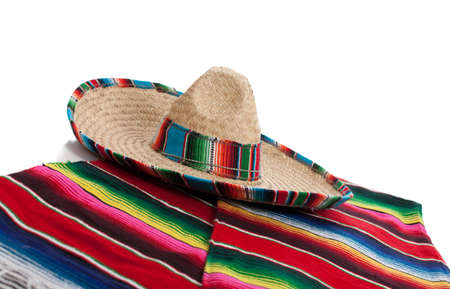Serape mexicano y un sombrero sobre un fondo blanco Foto de archivo