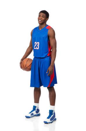 basket: Un giovane giocatore di basket americano, africano, in uniforme blu su sfondo bianco