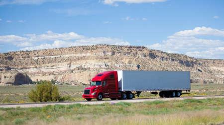 砂漠の道路上の半トラック