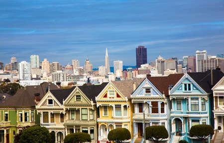 hilera: La famosa casa de las se�oras pintadas en San Francisco California, con skylin