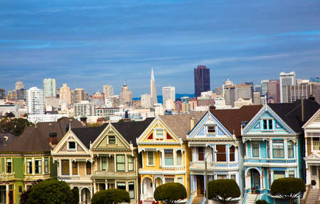 The famous painted ladies house in San Francisco California with skylin 스톡 콘텐츠