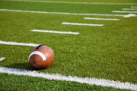 Een American football op een groen voetbalveld