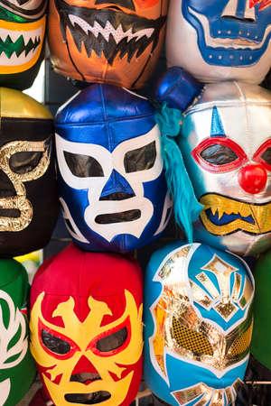 traje mexicano: Acuerdo de diversas máscaras de luchador de color como fondo