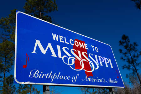 Welcome to Mississippi road sign with a blue sky background Фото со стока