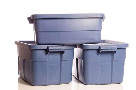 3 つの青いプラスチック貯蔵のたらいのスタック