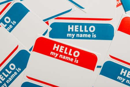 Een stapel van blauwe en rode Hallo, mijn naam is naamplaatjes of badges