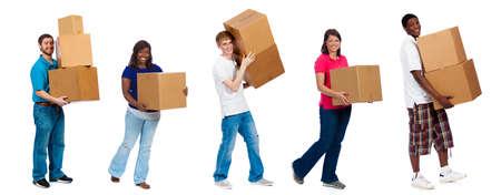 Een groep studenten en vrienden dragen verhuisdozen op een witte achtergrond