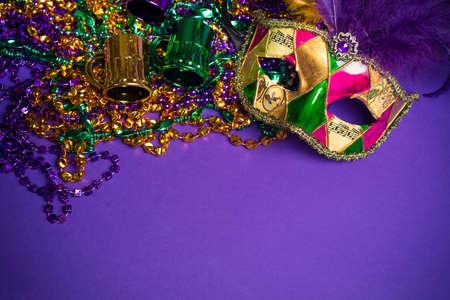 Feestelijke Groepering van mardi gras, Venetiaans of carnivalemasker op een paarse achtergrond