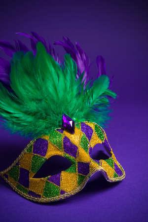マルディグラのお祝い、ベニス風または紫色の背景にカーニバル マスク