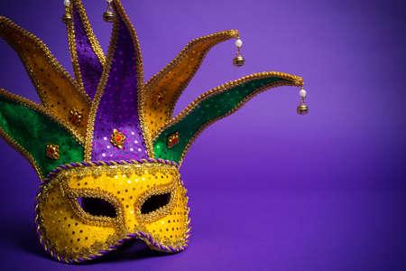 お祭りのマルディグラ、ベニス風または紫色の背景にカーニバル マスク